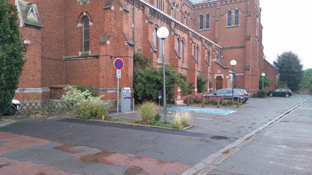 La borne électrique laventinoise se trouve entre la Mairie et l'église.